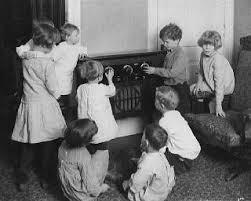 bambini ascoltano la radio, anni Sessanta