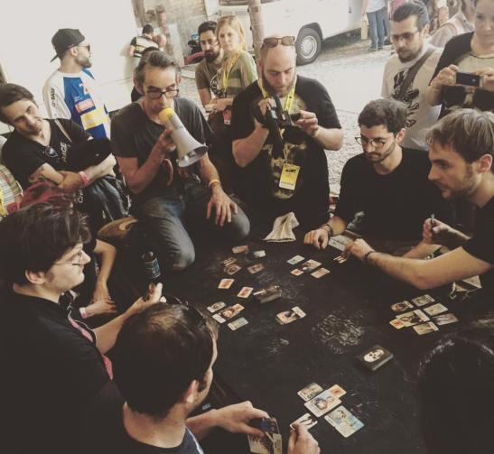 "Gipi coordina una partita di ""Bruti"", un gioco di carte da lui illustrate (foto dall'account Facebook ARFestival)"